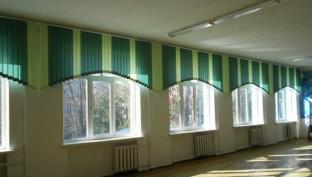 vertikalnie-jalyuzi-dlya-shkolnogo-koridora